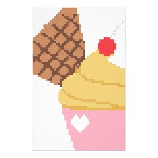 kleiner Kuchen mit einer Kirsche auf die Oberseite Personalisierte Druckpapiere