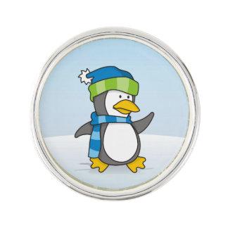 Kleiner Pinguin, der auf Schnee geht Anstecknadel