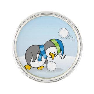 Kleiner Pinguin, der einen Schneeball erhält Anstecknadel