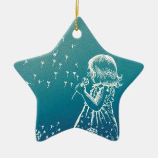 Kleines Mädchen, das auf einem Löwenzahn Keramik Stern-Ornament