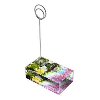 Kleines Mädchen-Natur-Collagen-Rosa-Blumen-blaues Platzkartenhalter