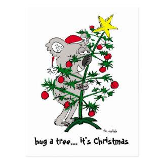 Koalabär, der einen Weihnachtsbaum umarmt Postkarte