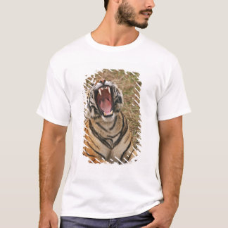 Königlicher bengalischer gähnender Tiger, T-Shirt