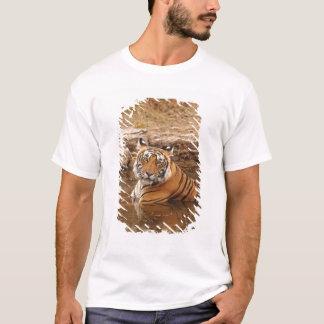 Königlicher bengalischer Tiger im Dschungelteich, T-Shirt