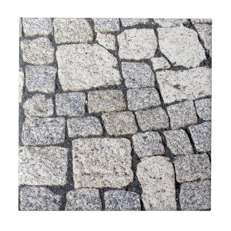 Kopfsteine einer Straße im Detail Fliese