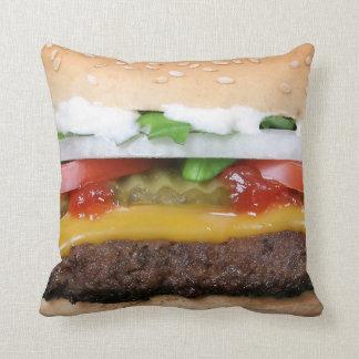 köstlicher Cheeseburger mit Kissen