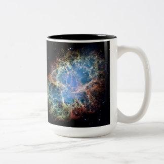Krabben-Nebelfleck in der Raum NASA Zweifarbige Tasse