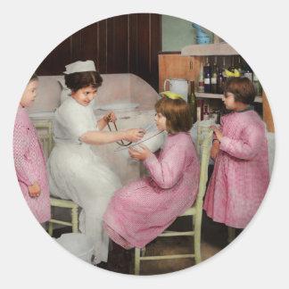 Krankenschwester - Spielen von Krankenschwester Runder Aufkleber