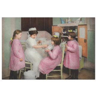 Krankenschwester - Spielen von Krankenschwester Seidenpapier