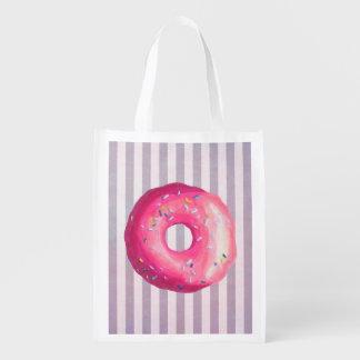 Krapfen mit rosa Zuckergusse und besprüht Einkaufstasche