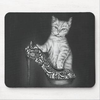 Kreide-Zeichnen des Katzen-Kätzchens mit Schuh Mauspad