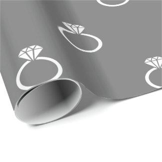 Kundengerechte weiße Verlobungs-Ringe auf Grau Geschenkpapier