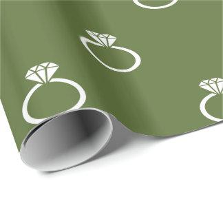 Kundengerechte weiße Verlobungs-Ringe auf Olive Geschenkpapier