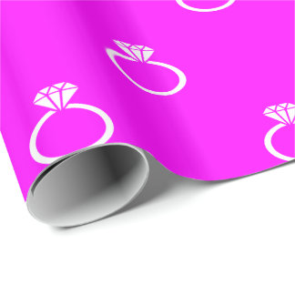 Kundengerechte weiße Verlobungs-Ringe auf Rosa Geschenkpapier