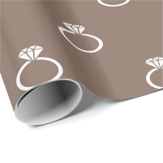 Kundengerechte weiße Verlobungs-Ringe auf Taupe Geschenkpapier
