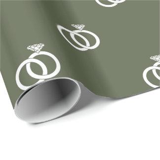 Kundenspezifische weiße Eheringe auf Geschenkpapier