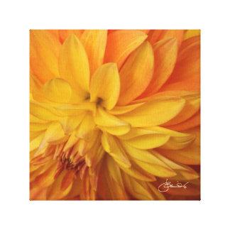 Künstlerische romantische goldene gelbe Dahlie Leinwanddruck