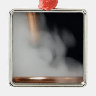 kupfernes Rohr einer Brennerei mit Dampf Silbernes Ornament