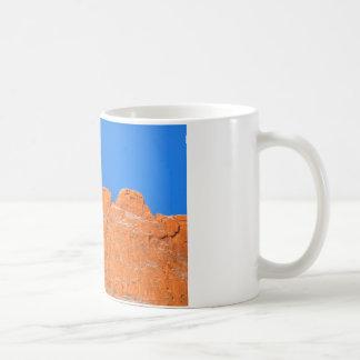 Küssen der Kamele mit blauem Himmel Kaffeetasse