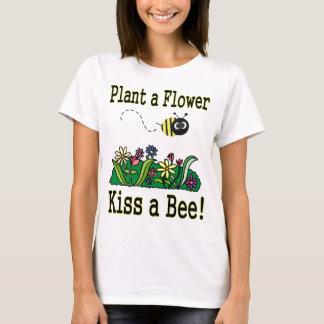 Küssen Sie eine Biene T-Shirt