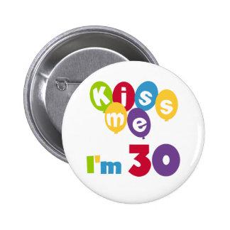 Küssen Sie mich, den ich 30 Geburtstags-T-Shirts u Runder Button 5,7 Cm