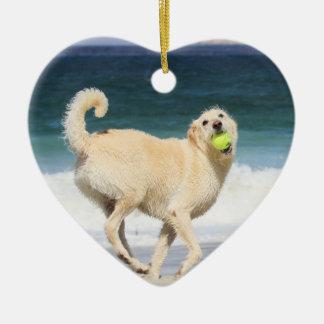 Labradoodle - glücklicher Tag auf dem Strand Keramik Herz-Ornament