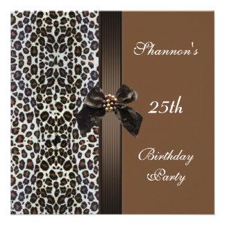 Laden Sie 25. Geburtstags-Party-Browntierdruck ein Individuelle Ankündigskarten