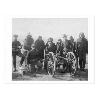 Lakota Pfadfinder und weiße Soldaten hinten Postkarte