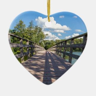 Lange hölzerne Brücke über Wasser von Teich Keramik Herz-Ornament