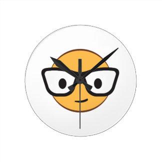 Lassen diese Gläser mich glücklich schauen? Runde Wanduhr