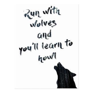 Lauf mit Wölfen und Ihnen lernt zu heulen Postkarte