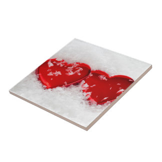 Liebe-Herzen in der Schnee-Quadrat-Fliese Kleine Quadratische Fliese