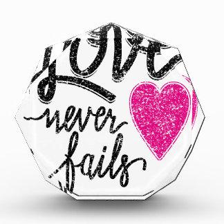 Liebe versagt nie, Vintages Herz Acryl Auszeichnung