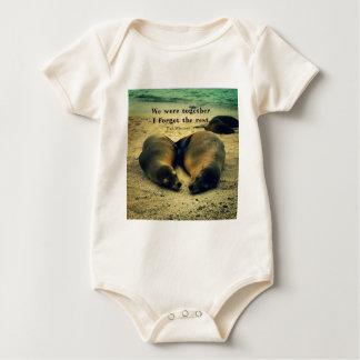 Liebepaare zitieren Seelöwen auf dem Strand Baby Strampler
