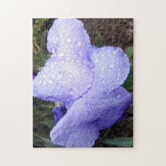 Lila deutsche Iris und einige Regentropfen Puzzle