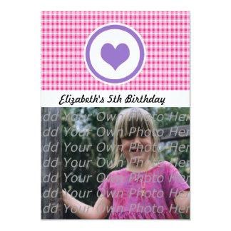Lila Herz und rosa karierter Mädchen-Geburtstag Personalisierte Einladungskarten