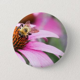 Lila Kegel-Blume mit Biene Runder Button 5,7 Cm