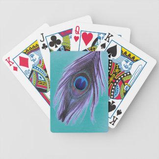 Lila Pfau-Feder auf aquamarinem Pokerkarten