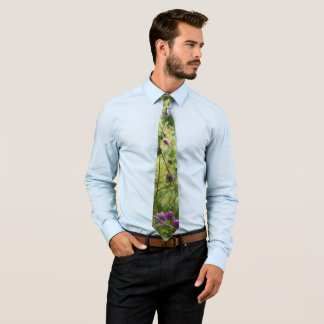 Lila wilde Blumen in einer grünen Wiese Krawatte