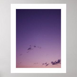 Lila zerstreute Wolken an der Dämmerung Poster