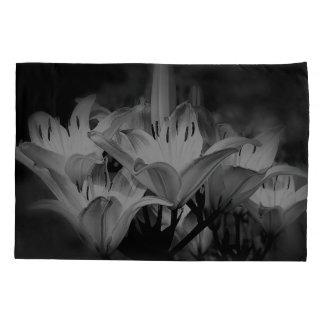 Lilien-Blumen in Schwarzweiss Kissenbezug