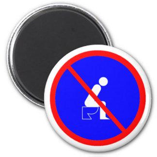 Lustig kein Sitzen auf Toiletten-Zeichen-Magneten Runder Magnet 5,7 Cm