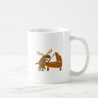Lustige Elche, die Klavier-Vorlagen-Kunst spielen Tasse