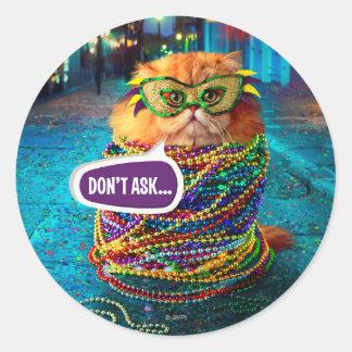 Lustige Katze mit bunten Perlen am Karneval Runder Aufkleber