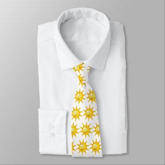Lustige Krawatte mit reizendem lächelndem