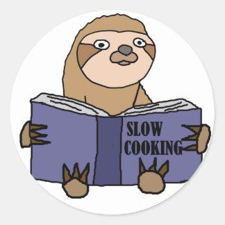 Lustige Trägheit, die langsam kochendes Buch liest Runder Aufkleber