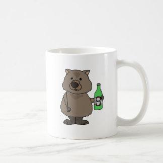 Lustige Wombat trinkende Flasche des Bier-Cartoon Tasse