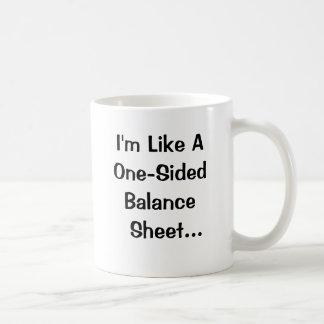 Lustiger Buchhalter heben Linie auf Kaffeetasse