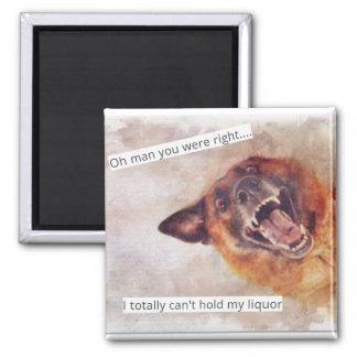 Lustiger Hund trinkt Magneten Quadratischer Magnet