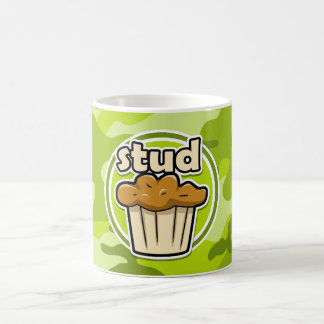 Lustiges Bolzen-Muffin auf grüner Camouflage Kaffeetasse